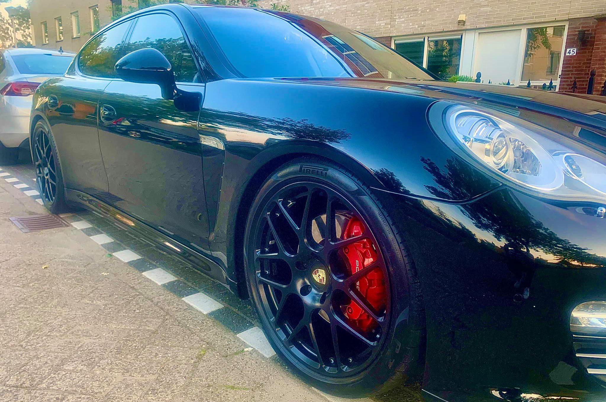 Zeer nette zwarte Porsche Panamera 4S 4.8L V8 400pk luchtvering 21inch zwart/wit interieur